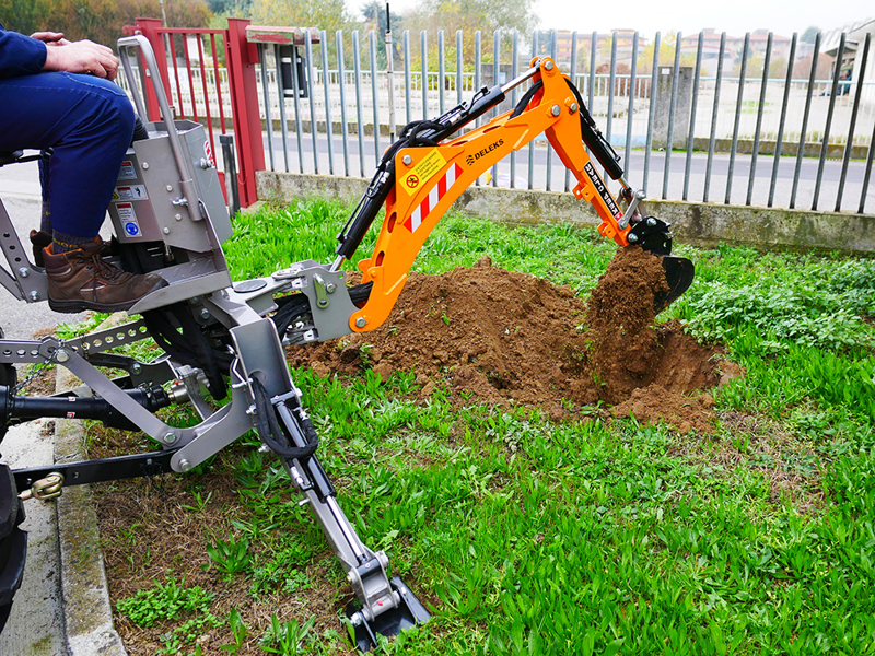 mini-excavadora-universal-para-tractores-compactos-dk-950